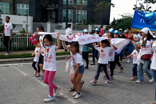Trẻ em cũng tham gia chạy