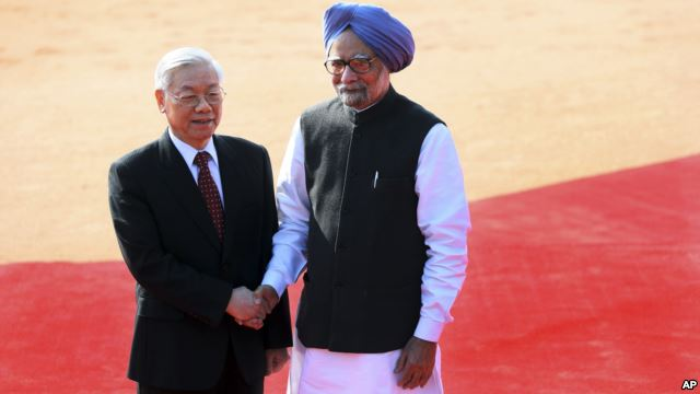 Thủ tướng Ấn Độ Manmohan Singh (phải) tiếp Tổng Bí Thư Đảng Cộng Sản Việt Nam Nguyễn Phú Trọng tại dinh tổng thống ở New Delhi, Ấn Độ, 20/11/13