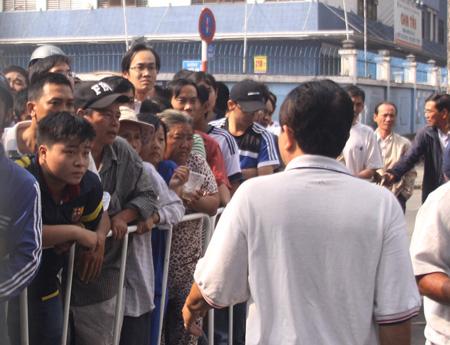 Những người đến mua vé sáng 30/12 phải xếp hàng từ ngoài cổng