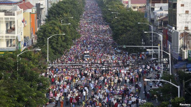 Hàng chục ngàn người xuống đường ở thủ đô Campuchia đòi ông Hun Sen từ chức, ngày 29/12/2013.
