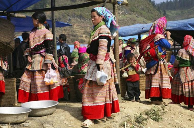 Chợ vùng cao. Khi đến các khu chợ vùng cao của Việt Nam, du khách sẽ có dịp nhìn thấy người dân mặc những trang phục dân tộc đầy màu sắc và các sản phẩm thủ công... Một trong những phiên chợ vùng cao nổi tiếng là Bắc Hà, Cán Cấu.