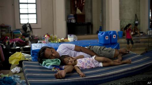 Nhiều gia đình không còn nhà ở vẫn đang sống trong các trại tạm trú