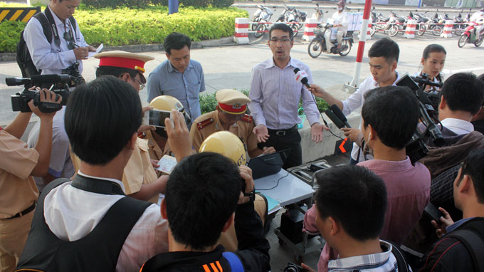 Ông Lương Trọng Hải (đứng giữa) giơ tay phản ứng việc CSGT dừng xe nhưng không cho ông xem hình ảnh xe vi phạm trước đó - Ảnh: Hoàng Lộc
