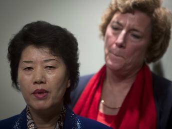 Bà Song Hwa Han (T), tỵ nạn chính trị Bắc Triều Tiên phát biểu trong cuộc họp báo, tại New York, Hoa Kỳ, 06/01/2014 REUTERS/Carlo Allegri