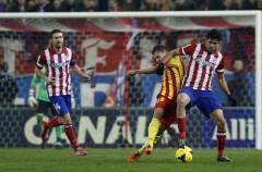 Barcelona (giữa) và Atletico Madrid níu chân nhau - Ảnh: Reuters