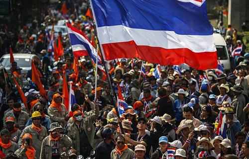 Người biểu tình chống chính phủ trên đường phố Bangkok hôm qua. Ảnh: Reuters
