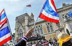 Đoàn biểu tình vẫn tiếp tục bao vây nhiều địa điểm bầu phiếu ở Bangkok, làm gián đọan tiến trình bầu cử . AFP