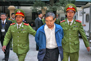 Ông Dương Chí Dũng được dẫn giải vào phòng xử án hôm 12 tháng 12, 2013