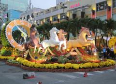 Đại cảnh đàn ngựa dũng mãnh kéo xe hoa đồng hồ biểu tượng cho đường hoa năm nay - Ảnh: Nguyên Mi