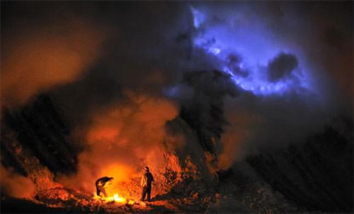 Ngọn lửa xanh kỳ ảo trên miệng núi lửa
