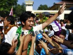 Tù nhân chính trị vừa được tự do, Yan Naing Tun, trả lời báo chí trước nhà giam Insein tại Rangoon, ngày 31/12/2013 Reuters