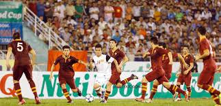 Thnh Tùng (18) giữa vòng vây 7 cầu thủ AS Roma