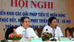 Thống đốc Bình (bên trái) từng nói chênh lệch giá vàng (VN-thế giới) là 'có lợi cho dân'.