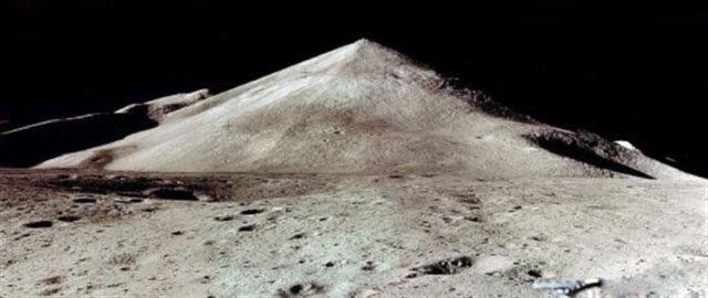 Kim tự tháp của Mặt trăng trên và các tòa nhà không rõ.  (Ảnh Internet)
