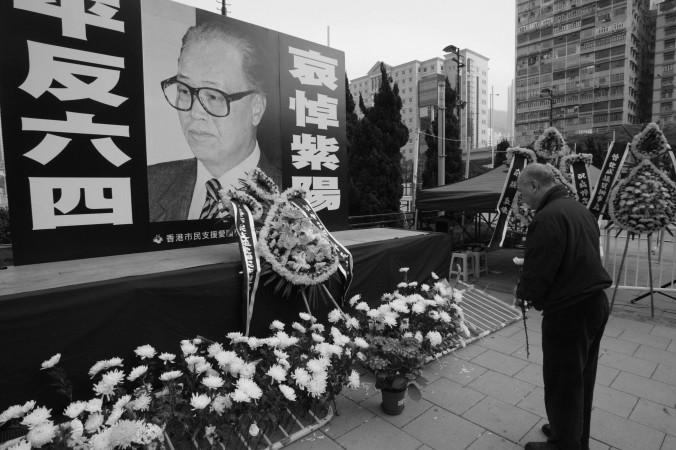 Một người khóc thương Triệu Tử Dương trước chân dung ông ở công viên Victoria, Hong Kong, ngày 19 tháng Một, 2005. Sau vụ thảm sát Thiên An Môn, Triệu Tử Dương đã 2 lần xin rút khỏi Đảng trung cộng nhưng đều bị bác bỏ.