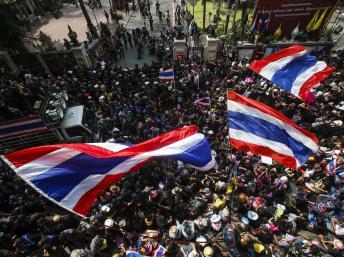 Biểu tình chống đối chính phủ trước tổng hành dinh cảnh sát tại Bangkok ngày 26/02/2014, trong lúc kẻ lạ mặt bắn vào một số lều trại người biểu tình. Reuters