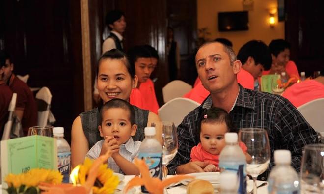 HLV Graechen cùng vợ Ngô Thị Loan và 2 con Leito và Melita. Ảnh: Tùng Lê