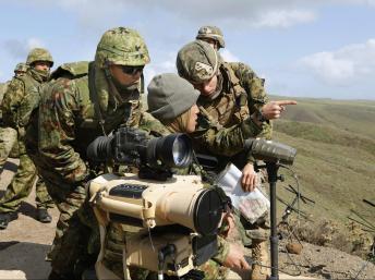 Một cảnh tập trận hỗn hợp Mỹ Nhật tháng 2/2013. REUTERS/Kyodo/Files