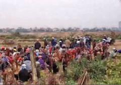 Sáng ngày 12 tháng 2, bà con nông dân xã Phụng Công tiếp tục kéo nhau ra đồng giữ đất