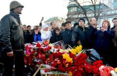 Bà Catherine Ashton, đại diện ngoại giao châu Âu đang chụp hình tại khu tưởng niệm tạm thời những người thiệt mạng do biểu tình chống chính phủ tại Quảng trường Độc lập, Kiev hôm 24/2/2014 AFP photo