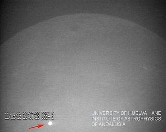 Thiên thạch khổng lồ oanh tạc mặt trăng