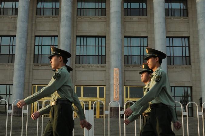 Cảnh sát quân đội Trung Quốc diễu hành tại quảng trường Thiên An Môn tại Bắc Kinh ngày 16 Tháng Năm 2012. Chu Vĩnh Khang, một cựu trùm an ninh trước đây, là trung tâm xoay quanh của một cuộc điều tra. (Mark Ralston / AFP / GettyImages)
