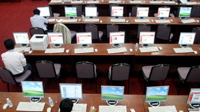 Chính phủ Việt Nam duy trì một trong những chính sách kiểm duỵêt truyền thông gắt gao nhất Châu Á, thể hiện rõ nhất qua việc nghiêm cấm báo chí tư nhân, kiểm soát chặt chẽ tất cả phương tiện truyền thông nhà nước.