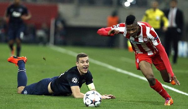 Đội trưởng Michael Vidic của M.U (áo đen) bị cầu thủ của Olympiakos Michael Olaitan dễ dàng vượt qua - Ảnh: Reuters