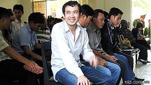 Một bị cáo cười tươi ngay tại phiên xử vụ án ông Ngô Thanh Kiều bị công an Phú Yên đánh chết.