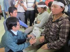 Hai bị cáo Đỗ Như Huy, Nguyễn Tấn Quang quỳ xin lỗi gia đình nạn nhân. Ảnh: TẤN LỘC