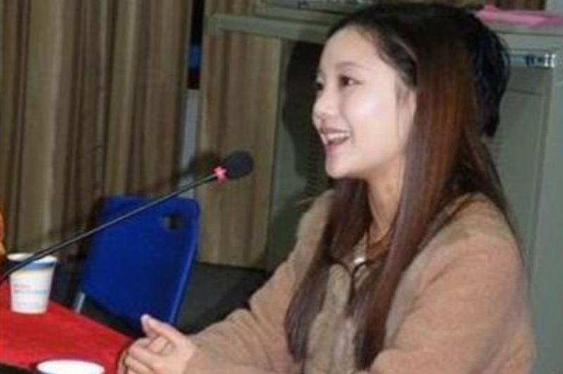 Sự quan tâm của các hãng truyền thông Đại Lục với Chu Vĩnh Khang ngày càng tăng nhiệt, rất nhanh, trên mạng lưu truyền bức ảnh của Giả Hiểu Diệp, người dẫn chương trình của Đài truyền hình trung ương Trung Cộng, bị nghi là vợ hiện tại của Chu Vĩnh Khang. Hiện nay chưa lấy được xác nhận của giới quan chức, vì vậy mọi người tranh nhau bình luận, cũng có người cho rằng đây là Yến Diễm người dẫn chương trình hoạt hình Kim Ưng (Ảnh trên mạng)