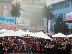 Hàng nghìn người đội mưa tham dự lễ hội. Chương trình này nhận được sự quan tâm, hỗ trợ của nhiều trường ĐH, CĐ, các công ty, nghệ sĩ đến từ Nhật Bản và Việt Nam.