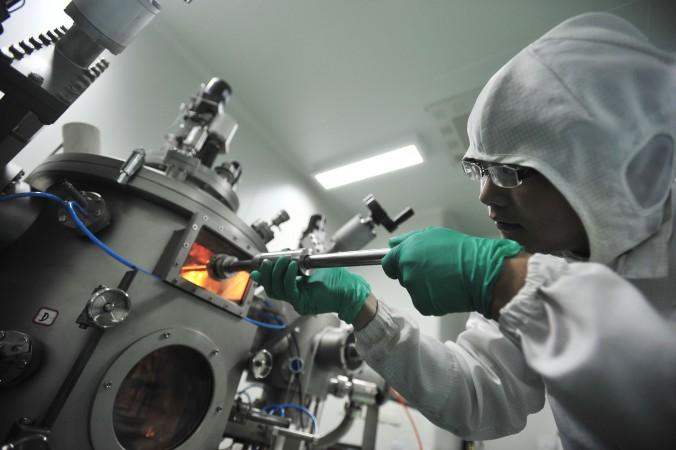 Một nhà nghiên cứu đang làm việc tại Phòng thí nghiệm Quốc gia Vũ Hán về Quang điện tại trung tâm tỉnh Hồ Bắc , ngày  9 tháng Sáu 2011. Một thực trạng phổ biến ở Trung Quốc là nạn tham nhũng đối với tài trợ nghiên cứu khoa học, dẫn đến một loạt các vụ bắt giữ gần đây (STR/AFP/Getty Images)
