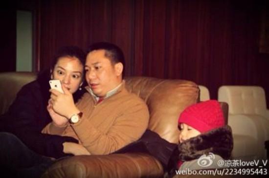 Triệu Vy bị soi ảnh ngồi khi đi máy bay riêng với chồng con 2