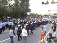 Hàng ngàn công nhân tại nhà máy sản xuất giày Yu Yuen tại Đông Quảng đổ ra chặn các con đường vào ngày 7 tháng 4. Chính quyền cử hàng trăm cảnh sát để giải tán đám đông này, một số công nhân bị thương trong khi xung đột 2 bên. (Chụp màn hình từ Weibo.com)