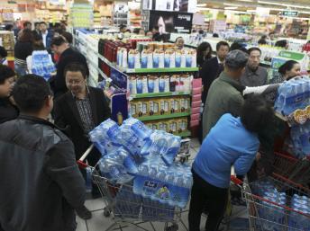 Dân chúng mua nước đóng chai để dự trữ sau khi hệ thống nước máy Lan Châu bị nhiễm chất benzen - REUTERS /Stringer