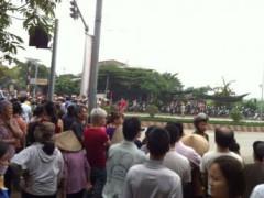 Lực lượng cưỡng chế phong tỏa đường Lê Trọng Tấn để giải tỏa đất ở Dương Nội, sáng 25/04/2014 (ảnh : Mai Dũng)