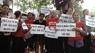Người dân Dương Nội tiếp tục khiếu nại đòi người, đòi đất sau vụ cưỡng chế hôm 26/4/2014.