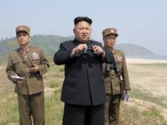 Lãnh đạo BTT Kim Jong Un đến thăm một đội pháo binh thuộc đơn vị 851 kPa. Ảnh do KCNA cung cấp, không ghi rõ ngày tháng cụ thể. REUTERS/KCNA