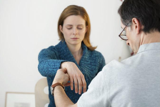 Ảnh một người phụ nữ đang bị thôi miên. (Shutterstock*)