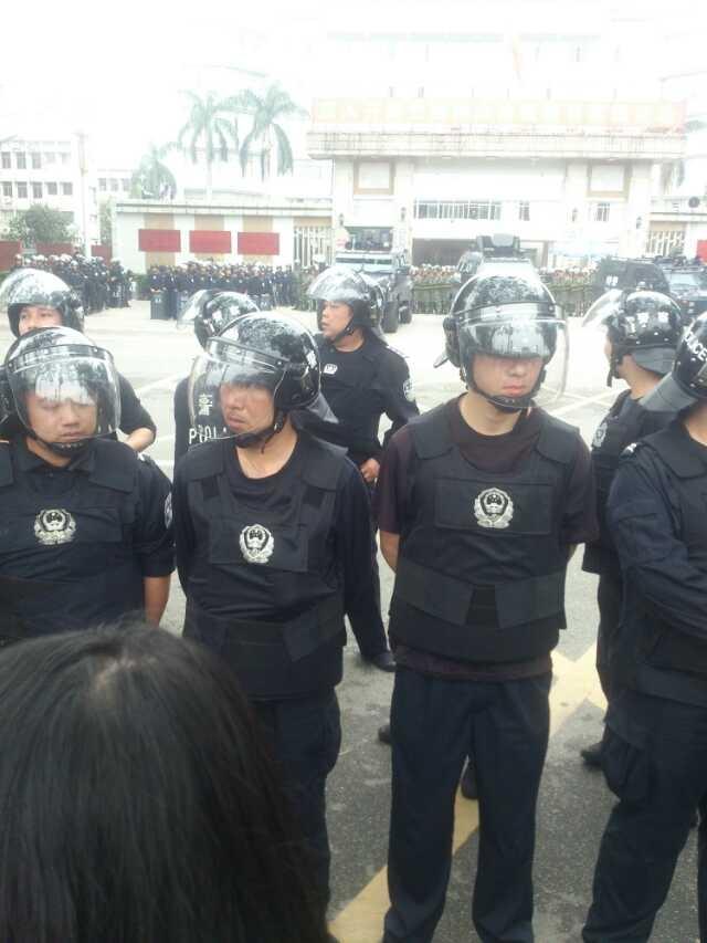 Lực lượng cảnh sát được huy động để trấn áp người biểu tỉnh tại cuộc họp báo của chính quyền thành phố Mậu Danh ngày 03 tháng 04. (Hình ảnh Network )