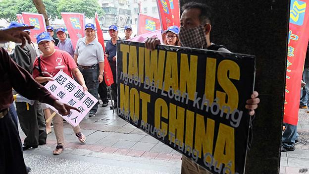 Người Đài Loan biểu tình phản đối tại văn phòng kinh tế văn hóa Việt Nam ở Đài Bắc.