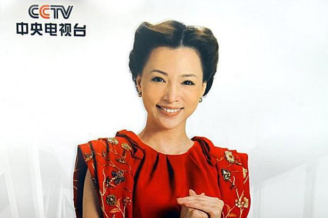 Đổng Khanh – một phát thanh viên nổi tiếng của đài Truyền hình Trung Ương Trung Quốc, ảnh trên một tờ quảng cáo của CCTV, năm 2013. Năm nay, cô đã đến Hoa Kỳ để sinh con ( Ảnh chụp màn hình / CCTV )