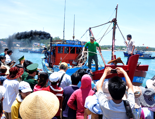 Trưa nay, cơ quan chức năng Quảng Ngãi cùng hàng trăm người dân ở các làng chài Bình Châu, huyện Bình Sơn và Tịnh Kỳ, huyện Sơn Tịnh đã chờ đón chuyến tàu QNg90205-TS chở hai ngư dân bị lực lượng kiểm ngư Trung Quốc bất ngờ tấn công, đánh trọng thương ở gần đảo Phú Lâm thuộc vùng biển Hoàng Sa.