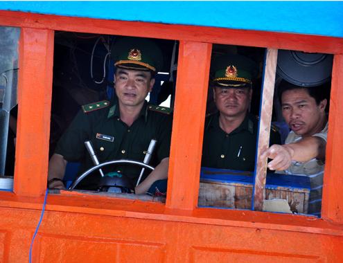 Ngư dân Phạm Tấn Sơn báo cáo bộ đội biên phòng về vụ việc tàu cá bị bất ngờ tấn công trong đêm, sau đó đập phá nát cabin, đánh đập thuyền trưởng Nguyễn Tấn Hải và thuyền viên Lê Anh trọng thương vào đêm 16/5.