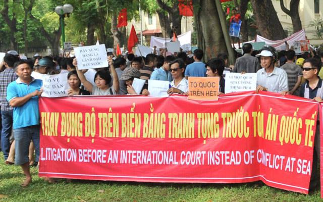 Người dân tuần hành tại Hà Nội ngày 11.5 mong muốn đưa vụ việc ra tòa án quốc tế.