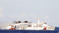 Tàu hải cảnh Trung Quốc (phải) dùng vòi rồng công suất lớn tấn công tàu kiểm ngư của Việt Nam. Nguồn: Cảnh sát biển Việt Nam