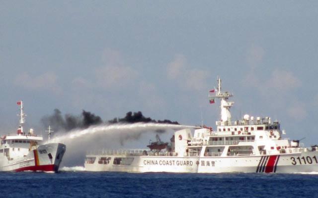 Hình ảnh tàu Trung Quốc dùng vòi rồng tấn công tàu Việt Nam khiến cộng đồng thế giới lên án.