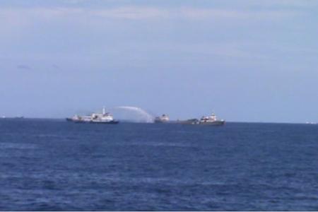 Tàu Trung Quốc phun vòi rồng công suất lớn vào tàu Việt Nam.