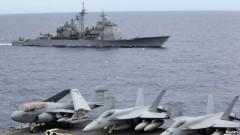 Ảnh tư liệu: Máy bay chiến đấu của Mỹ trên tàu sân bay USS George Washington, phía sau là tàu USS Cowpens ở Biển Ðông, tháng 9, 2010.